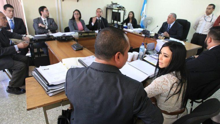 La exdiputada, Julia Maldonado, escucha la acusación del Ministerio Público en el tribunal donde es juzgada.(Foto Prensa Libre: Esbin García)