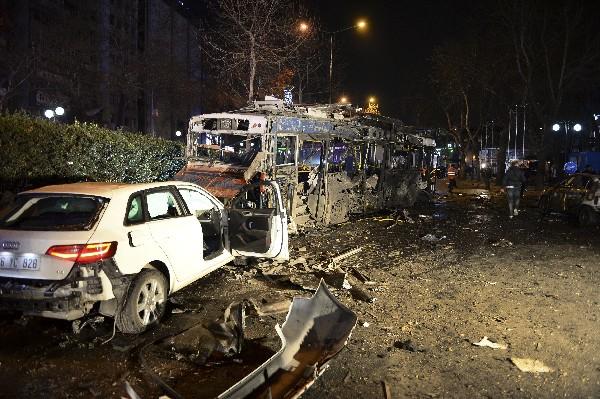 """Varios<span class=""""hps""""> vehículos dañados</span> <span class=""""hps"""">se ven en</span> <span class=""""hps"""">la escena</span> <span class=""""hps"""">de la explosión</span> <span class=""""hps"""">en Ankara</span><span>.(Foto Prensa Libre:AP)</span>"""
