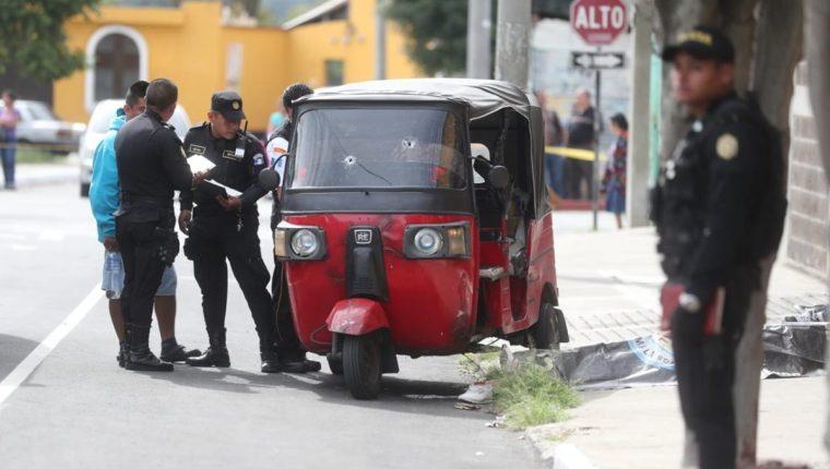 El piloto fue ultimado a balazos por un hombre que viajaba como pasajero. (Foto Prensa Libre: Érick Ávila)