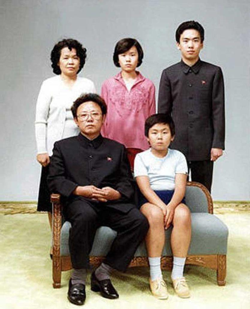 Kim Jong-il, tuvo una complicada vida amorosa, con dos esposas oficiales, y al menos tres amantes con las cuales tuvo cinco hijos.