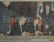 A la izquierda, el comandante Rolando Morán, representante de la guerrilla, y Gustavo Porras, de la Comisión de Paz, firman el Acuerdo de Cese al Fuego en Oslo. (Foto: Hemeroteca PL)