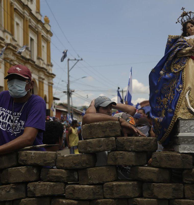 Una imagen religiosa colocada sobre una barricada en Masaya, Nicaragua.(EFE).