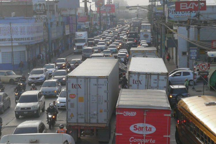 Las filas de vehículos llegan a la Calle Martí.