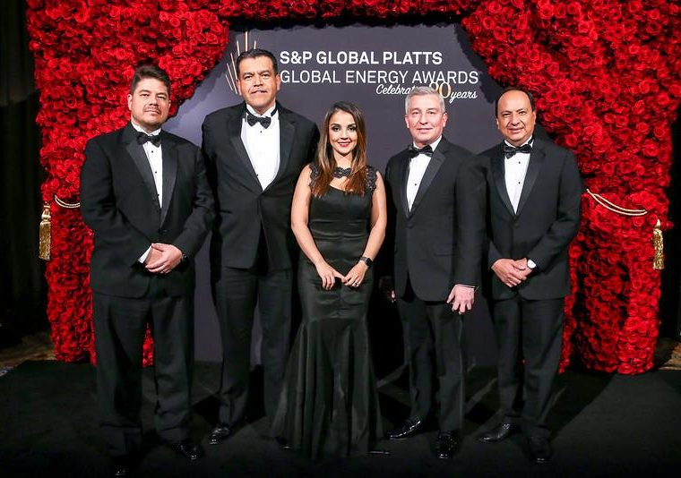 Directivos de Renace recibieron el premio que tiene el objetivo de reconocer a las estrategias de valor compartido en el sector de energía a nivel mundial. (Foto Prensa Libre: Cortesía)