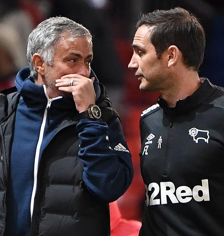 Jose Mourinho y Frank Lampard conversan al medio tiempo. (Foto Prensa Libre: AFP)