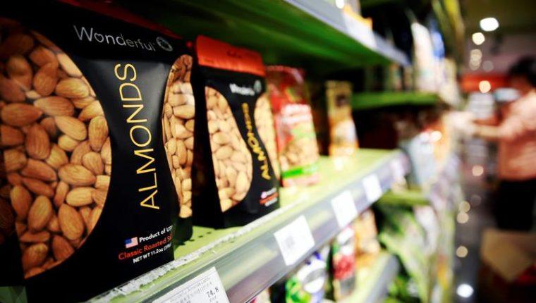 Varias bolsas de almendras importadas de EE. UU. puestas a la venta en un supermercado de Pekín, China. (Foto Prensa Libre: EFE).