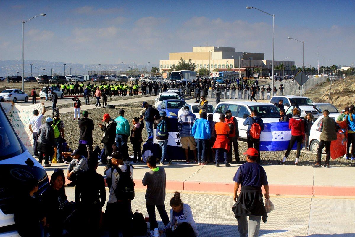 Migrantes se concentran frente a la embajada de EE. UU. en Tijuana, para exigirle acciones a Trump. (Foto Prensa Libre: EFE)