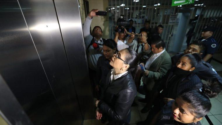 Roxana Baldetti es trasladada a la sala para la audiencia de reparación digna por el caso Agua Mágica. (Foto Prensa Libre: Érick Ávila)