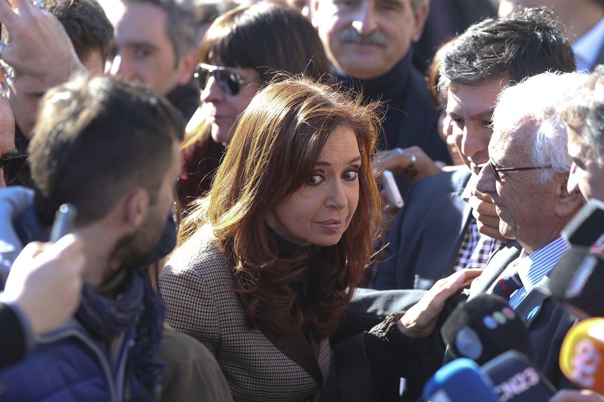 La expresidenta argentina Cristina Fernández de Kirchner llega a los tribunales federales de Buenos Aires para ser notificada del procesamiento y embargo de bienes. (Foto Prensa Libre: EFE).