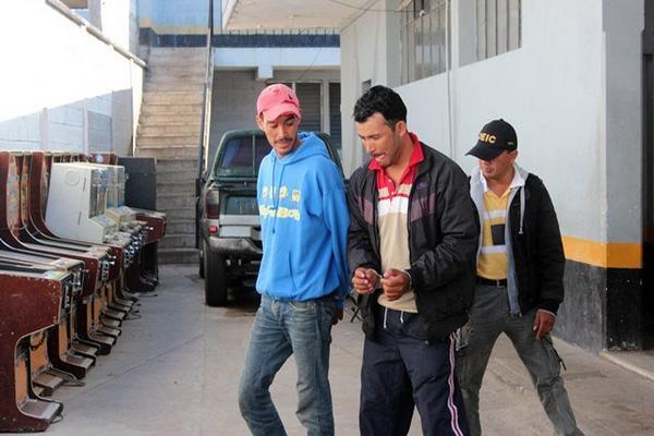 """Los dos capturados sindicados de homicidio ingresan a la Comisaría 22, en Jalapa. (Foto Prensa Libre: Hugo Oliva) <br _mce_bogus=""""1""""/>"""