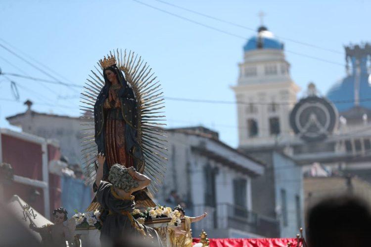 La imagen de la Virgen de Guadalupe en su salida del Santuario en la zona 1.