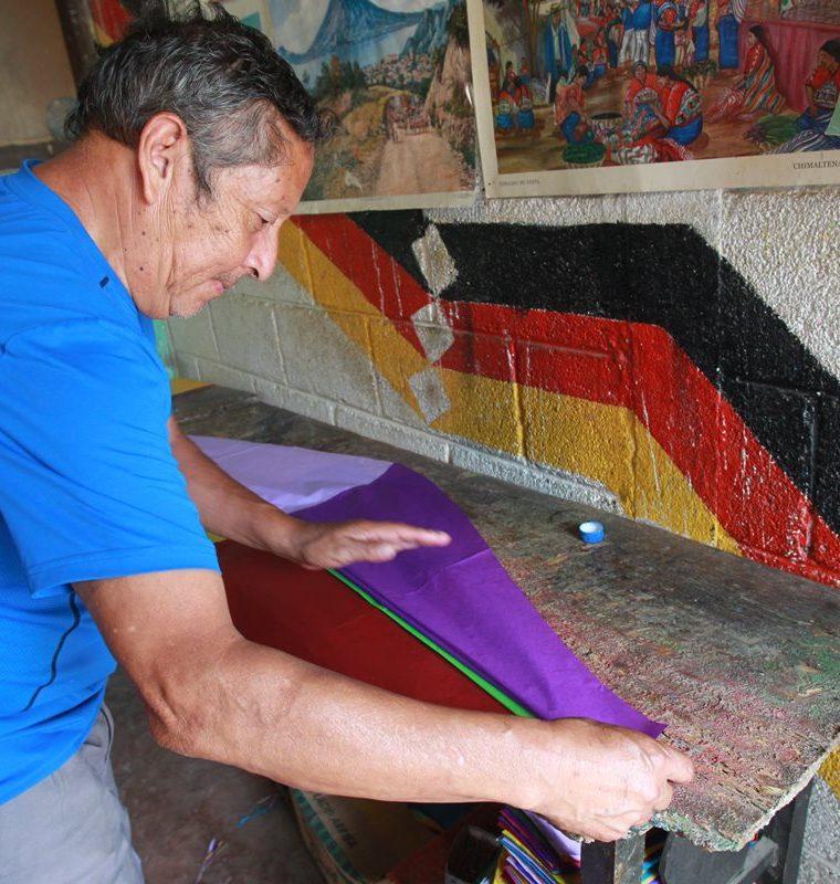 Marco Antonio Chacón mantiene vigente su trabajo y lo hace con dedicación. (Foto Prensa Libre: Estuardo Paredes)