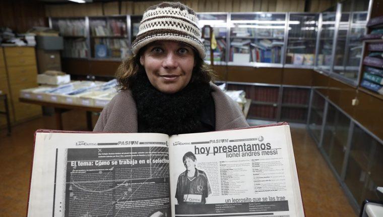 Erica Pizzuto en la sede del periódico La Capital en Rosario muestra la primera entrevista que le hicieron a Messi. (Foto Prensa Libre: EFE)