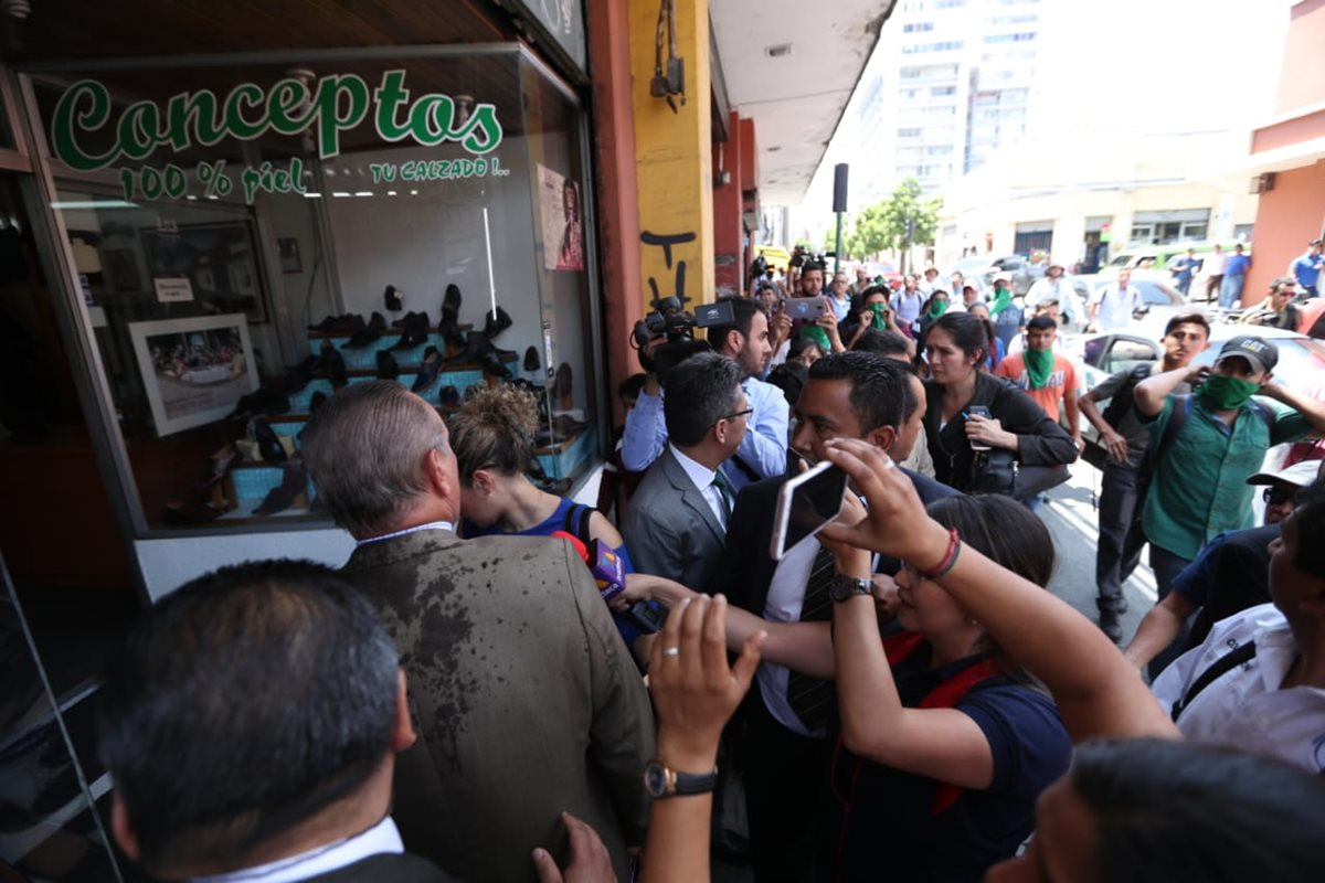Los manifestantes lanzaron botellas y agua al ministro de Salud, quien buscó refugio en el primer negocio que encontró abierto. (Foto Prensa Libre: Esbin García)