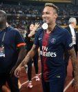 Neymar volvió sonriente al club parisino y ganó su primer título amistoso de la temporada en curso. (Foto Prensa Libre: AFP)