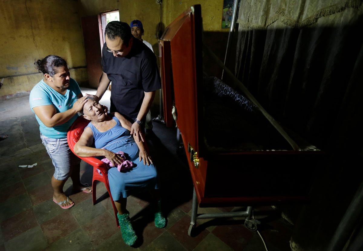 Una mujer afectada por la muerte de un pariente por disparos de paramilitares en León, Nicaragua. (AFP)
