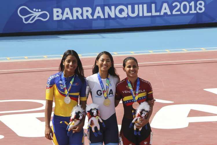 Dalia Soberanis posa en el podio con Kerstinck Sarmiento de Colombia y Yarubi Bandres de Venezuela. (Foto Prensa Libre: Cortesía ACD)