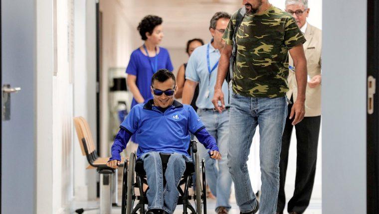 Pedro Cavadas (derecha) reconstruyó la unión de la columna vertebral con la pelvis usando hueso del peroné al guatemalteco Wilmer Arias (izquierda), que quedó tetrapléjico tras una grave lesión producida por un balazo a los 9 años. (Foto Prensa Libre: EFE)