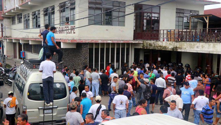 Pilotos del transporte público protestan por medida de trasladarlos a otro lugar. (Foto Prensa Libre: Rolando Miranda)