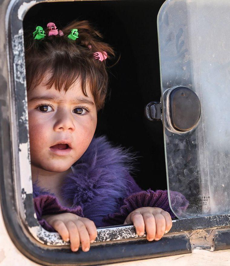 Una niña siria espera a ser evacuada junto a su familia de los campos de refugiados.  (EFE)