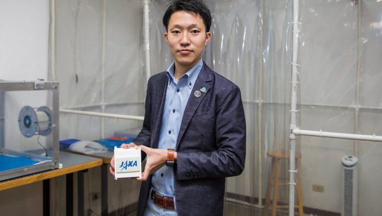 Hiroki Akagi, ingeniero de Tecnología Aeroespacial del Centro de Utilización del Modulo Experimental Japonés, de JAXA, durante su visita a la Universidad del Valle de Guatemala, donde se desarrolla el primer satélite del país. (Foto Prensa Libre, cortesía Proyecto CubeSat)