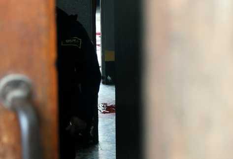 Fiscales del MP analizan la escena del asesinato. (Foto: Prensa Libre)