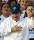 """Daniel Ortega saluda durante la conmemoración del 39 aniversario de la Revolución Sandinista en la plaza """"La Fe"""" en Managua. (AFP)"""