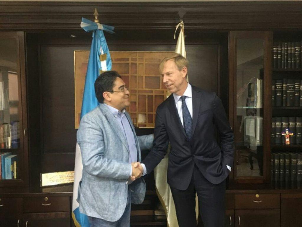 Saludo entre el embajador de Suecia en Guatemala Anders Kompass y el procurador Jordán Rodas, en diciembre del 2017. (Foto Prensa Libre: Hemeroteca PL)