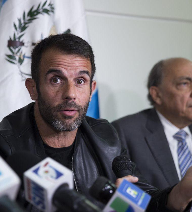 Javier Rolo, manager del cantante guatemalteco Ricardo Arjona, acompañado por el abogado Ángel Delgado, habla con la prensa sobre el proceso judicial de embargo de equipos del cantautor (Foto Prensa Libre: EFE).