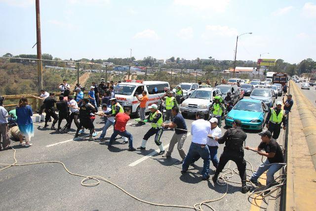 Bomberos y vecinos rescatan al hombre que cayó del puente el Incienso en la zona 7 capitalina. (Foto Prensa Libre: Esbin García)