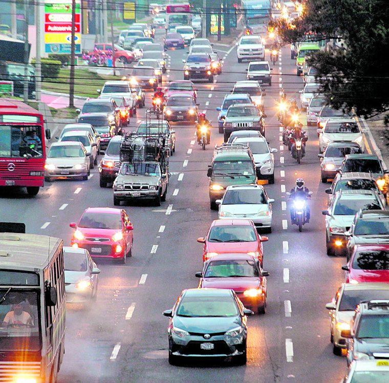 El trafico en el Anillo Periférico es complicado, principalmente en horas pico. (Foto Hemeroteca PL)