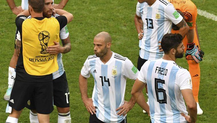 Javier Mascherano, al final del partido, sufre la derrota de Argentina contra Francia, en Rusia 2018. (Foto Prensa Libre: AFP)
