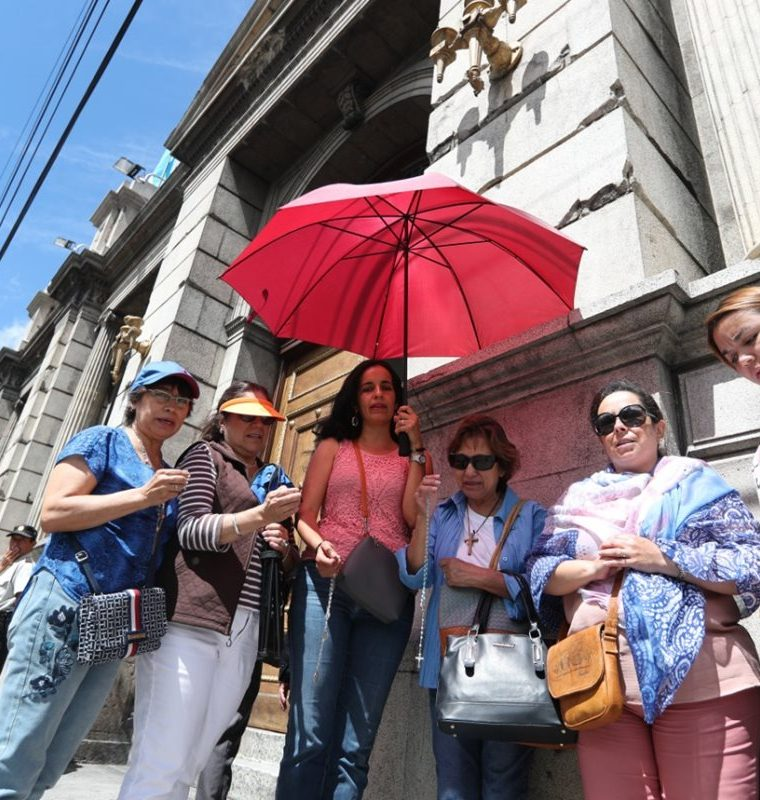 Mujeres que se identifican con el movimiento pro vida rezan el rosario afuera del Congreso. (Foto Prensa Libre: Óscar Rivas)