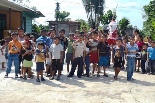 Niños de escasos recursos de Flores Costa Cuca fueron agasajados la mañana del 24 de diciembre, por celebración navideña. (Foto Prensa Libre: Édgar Octavio Girón)