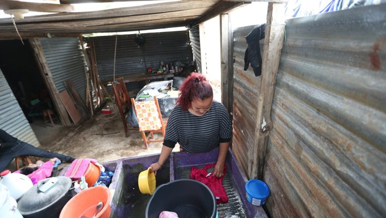 Nancy Hernández, vecina de la colonia Militar La Selva, zona 8 de Villa Nueva, aprendió a vivir con poca agua. (Foto Prensa Libre: Óscar Felipe Q.)