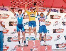 Dorian Monterroso —centro— dominó después de tres etapas y se consagró por segunda ocasión en la Vuelta de la Juventud. (Foto Prensa Libre: José Rosales)
