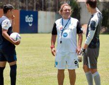 Carlos Ruiz da instrucciones a sus jugadores en el entreno de ayer. (Foto Prensa Libre: Marcela Morales)
