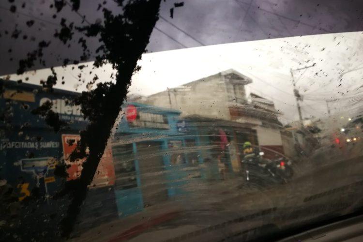 Junto a la caída de ceniza también llueve en Sacatepéquez y esta combinación se convierte en lodo lo cual complica la visibilidad de quienes conducen.