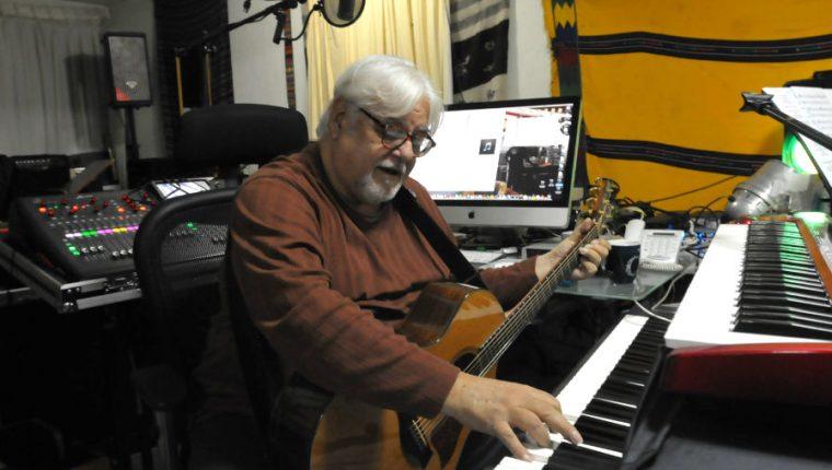 El músico Luis Galich en su estudio de grabación, ubicado en su vivienda en la zona 15 de la capital. (Foto Prensa Libre: Ana Lucía Ola)