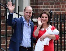 La duquesa Catalina abandonó el hospital solo unas horas después de dar a luz y se dirigió junto al príncipe Guillermo y el recién nacido al Palacio de Kensington. (Foto Prensa Libre: AFP).