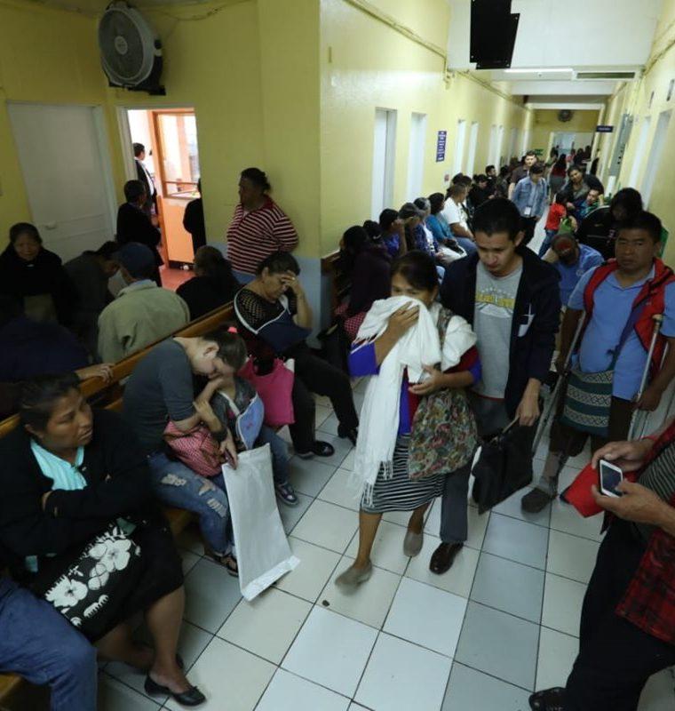 Los pacientes debieron esperar horas en la consulta externa del Hospital Roosevelt. (Foto Prensa Libre: Esbin García)