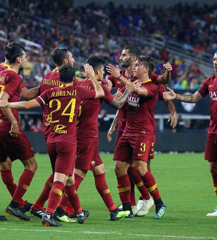 Los jugadores celebran el gol anotado por Diego Perotti. (Foto Prensa Libre: AFP)