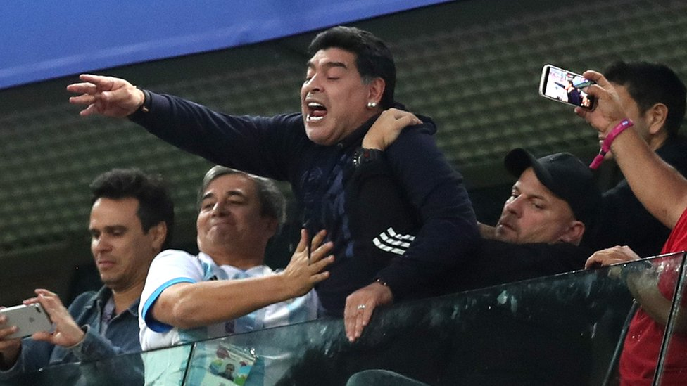 """Maradona causó polémica por su manera """"extraña"""" de alentar a Argentina en el partido contra Nigeria, el martes. (Foto Prensa Libre: BBC)"""