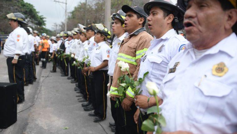 Bomberos Voluntarios realizan Homenaje a las víctimas del volcán de fuego en San Miguel los lotes en el departamento de Escuintla ( Fotografía Prensa Libre: Bomberos Voluntarios. )