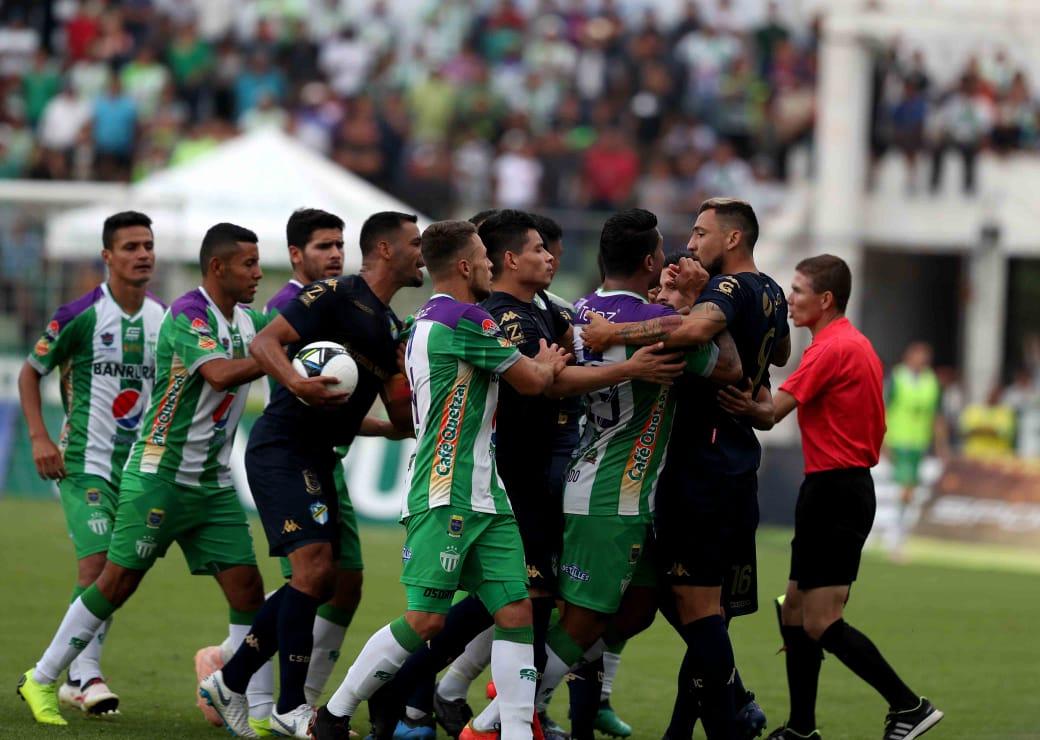 El árbitro Oswaldo Aldana mostró más de una decena de tarjetas amarilla durante el partido Antigua vs Comunicaciones. (Foto Prensa Libre: Edwin Fajardo)
