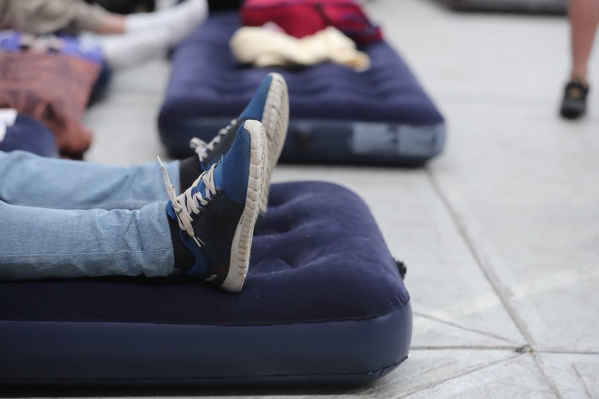 Los migrantes ya están agotados por el viaje. (Foto Prensa Libre: Juan Diego González)