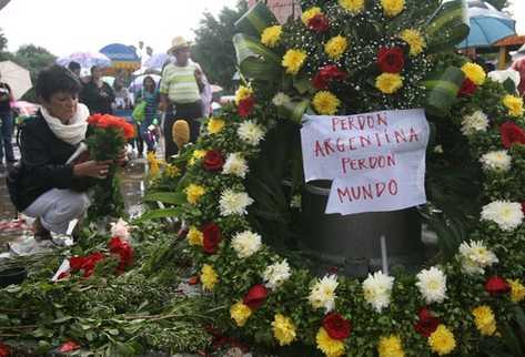 Guatemaltecos dejaron ofrendas florales en memoria de Facundo Cabral. (Foto: Esbin García)