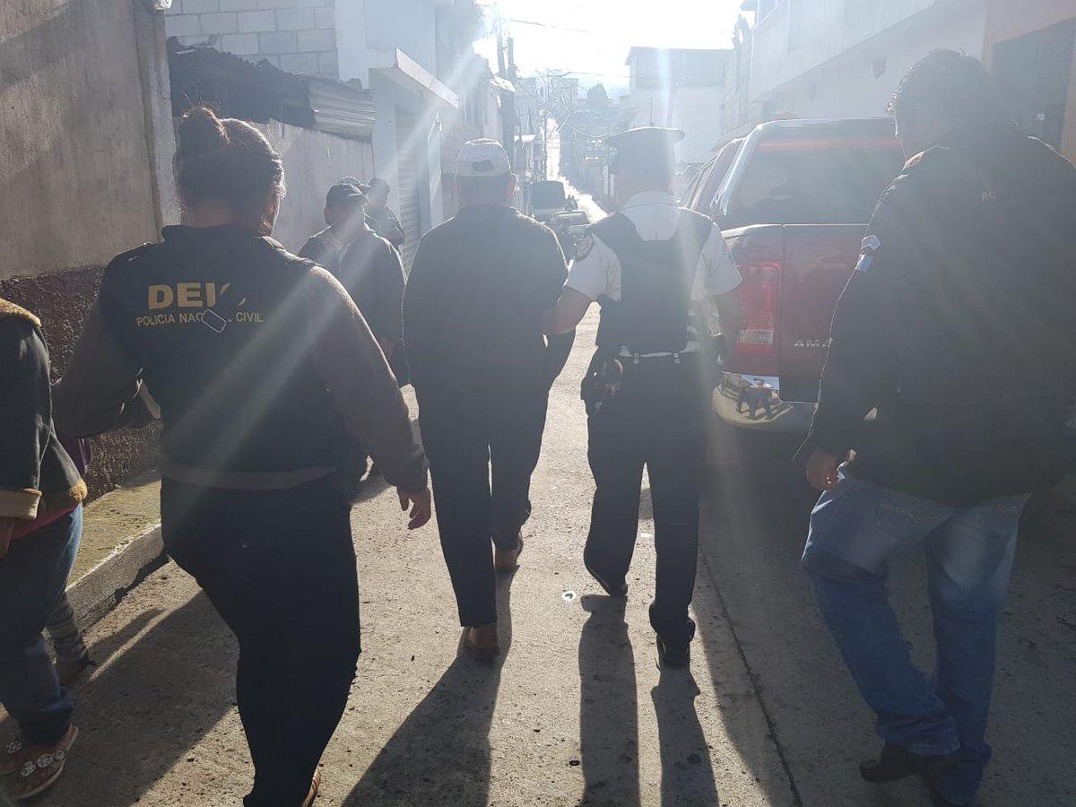 Uno de los detenidos durante los cateos en Santiago Sacatepéquez. (Foto Prensa Libre: PNC).