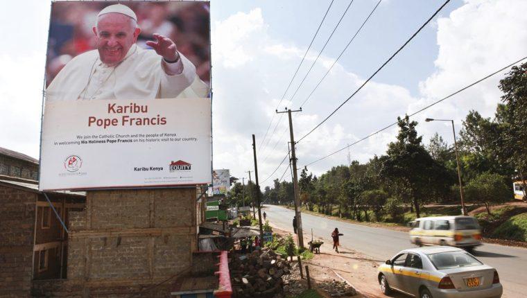 Carteles anuncian la llegada del Papa a países africanos. (Foto Prensa Libre: EFE