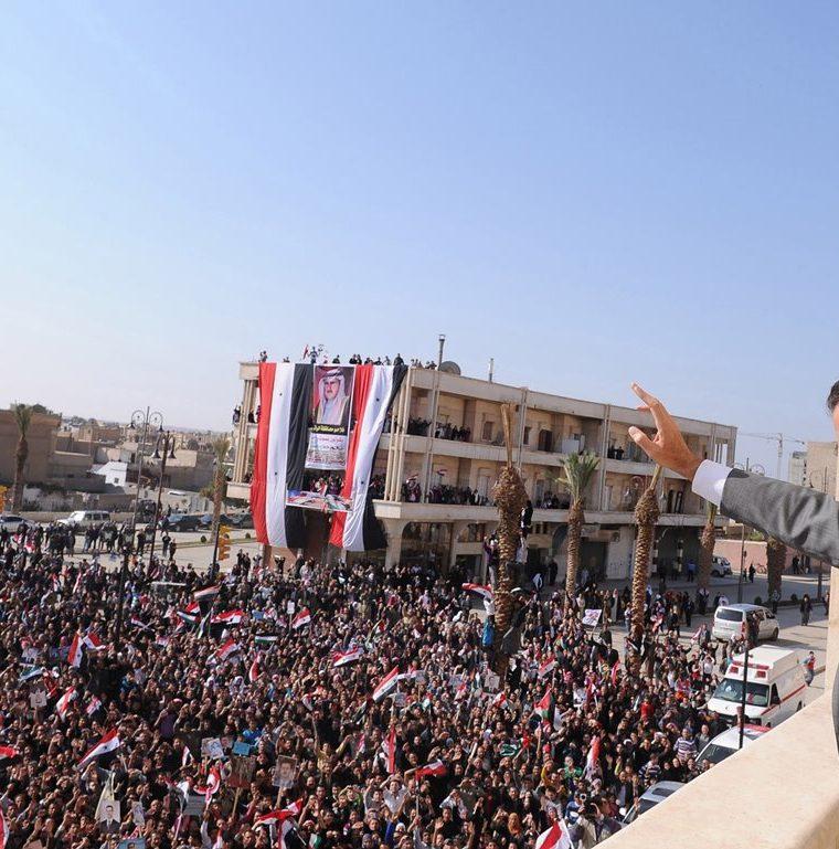 El presidente de Siria, Bashar al Assad, saluda a una multitud reunida en Al-Raqqa el 6 de noviembre de 2011.  (Foto: AFP)